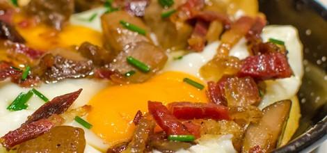 Huevos rotos con jamón y hongos